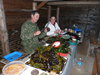 Леонид Ким и Юлия Галышева разбирают морские пробы; фото П. Шарова, июль 2009